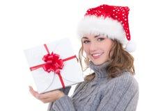 冬天衣裳和圣诞老人帽子的愉快的年轻美丽的妇女与 库存照片