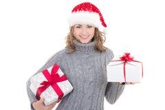 冬天衣裳和圣诞老人帽子的年轻美丽的妇女有克里斯的 免版税库存照片