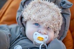 冬天衣裳的可爱的男婴 免版税库存图片