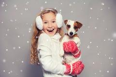 冬天衣裳的女孩有狗的 库存照片