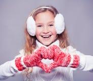 冬天衣裳的女孩有礼物的 愉快的女孩 免版税库存照片