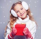 冬天衣裳的女孩有礼物的 免版税库存照片