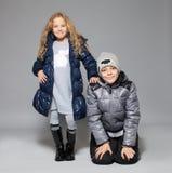 冬天衣裳的孩子 库存图片