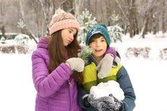 冬天衣裳的少年兄弟姐妹男孩和女孩 免版税库存照片