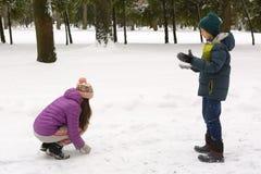 冬天衣裳的少年兄弟姐妹男孩和女孩 库存图片