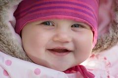 冬天衣裳的愉快的矮小的白种人婴孩 免版税库存图片