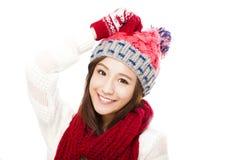 冬天衣裳的愉快的年轻美丽的妇女 免版税库存照片