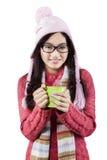 冬天衣裳的激动的十几岁的女孩 免版税库存图片