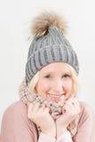 冬天衣裳的白肤金发的夫人Smiling 库存图片