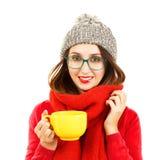 冬天衣裳的逗人喜爱的行家女孩有杯的 免版税库存图片