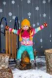 冬天衣裳的滑稽的女孩。 库存图片
