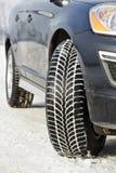 冬天装胎在suv汽车安装的轮子户外 免版税库存图片