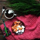 冬天装饰 在木背景的构成 热的茶,蜡烛,被切的葡萄柚 圣诞节 球圣诞节查出的心情三白色 圣诞节noel圣诞老人精神 免版税库存图片