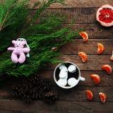 冬天装饰 在木背景的构成 热的茶,蜡烛,被切的葡萄柚 圣诞节 球圣诞节查出的心情三白色 圣诞节noel圣诞老人精神 图库摄影