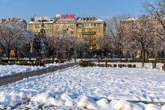 冬天观点的公园的走的人在全国劳动人民文化宫在索非亚, Bulga前面 库存图片
