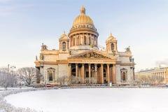 冬天视图圣以撒有圣彼德堡的` s大教堂 免版税库存照片