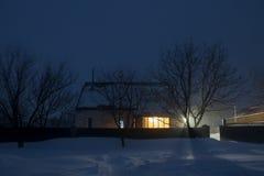 冬天议院夜点燃轻的新年 免版税库存照片