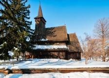 冬天设置的美丽的罗马尼亚遗产木材教会 免版税库存图片