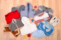 冬天说谎在地板上的婴孩衣裳 库存图片