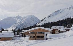 冬天豪华木瑞士山中的牧人小屋奥地利滑雪场 库存照片