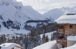 冬天豪华木瑞士山中的牧人小屋奥地利滑雪场 免版税库存照片