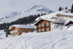 冬天豪华木瑞士山中的牧人小屋奥地利滑雪场 库存图片