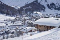 冬天豪华木瑞士山中的牧人小屋奥地利滑雪场 免版税库存图片