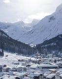 冬天豪华村庄木瑞士山中的牧人小屋奥地利滑雪场 库存照片