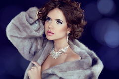 冬天豪华貂皮皮大衣的秀丽妇女。 库存图片