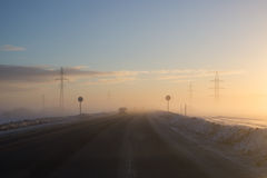 冬天路和汽车的图片在冷空气 图库摄影