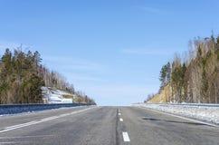 冬天路在西伯利亚森林里 图库摄影