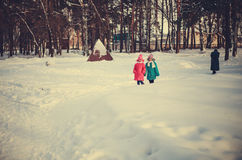冬天路的孩子 免版税图库摄影