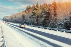 冬天路通过多雪的领域和森林 库存图片