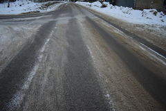 冬天路黑色沥青灰色冰 免版税库存照片