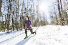 冬天连续锻炼 跑步在雪的赛跑者 库存图片