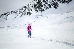 冬天连续妇女 足迹赛跑者启发、体育和fitnes 免版税图库摄影