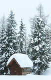 冬天迷雾山脉和木头棚子 库存图片