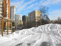 冬天都市风景,房子,在运动场,晴天的大随风飘飞的雪 库存照片