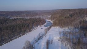 冬天锡古尔达冰结冰的河Gauja拉脱维亚空中寄生虫顶视图4K UHD录影 影视素材