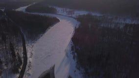 冬天锡古尔达冰结冰的河Gauja拉脱维亚空中寄生虫顶视图4K UHD录影 股票视频