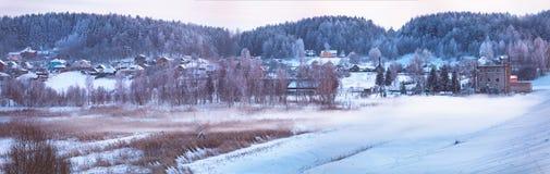 冬天镇 1月晚上 冬天雾 库存照片
