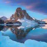 冬天镶有钻石的旭日形首饰的峰顶和湖主要分水岭,在不列颠哥伦比亚省/阿尔伯塔边界位于加拿大 多数普遍的地方 免版税库存照片