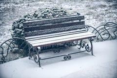 冬天长凳雪  免版税库存图片