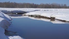 冬天雪天气,冰流程大块在潮流的在河下在岩石宽射击之间 股票录像