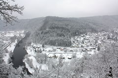 冬天雪报道的河风景,捷克,欧洲 图库摄影
