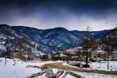 冬天雪的乡下村庄 免版税库存照片