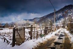 冬天雪的乡下村庄 免版税图库摄影