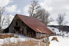 冬天雪的老谷仓 免版税库存图片