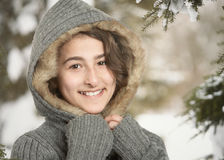 冬天雪的青少年的女孩 免版税库存照片