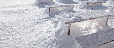 冬天雪装货横幅 发光在书桌和长凳co的太阳 免版税图库摄影